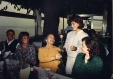 1987__raffaella_offre_una_rosa_a_nilde_jotti_presidente_della_camera_accompagnata_da_gianna_schelotto0